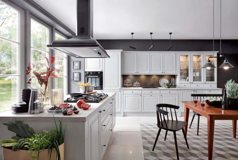 Klasyczne frezowane fronty, podświetlane witryny ? la kredens kuchenny, przestronna wyspa - to kwintesencja elegancji typowej dla stylu Hampton. Na zdjęciu meble na wymiar BRW Senso Kitchens, kolekcja Kasetta.