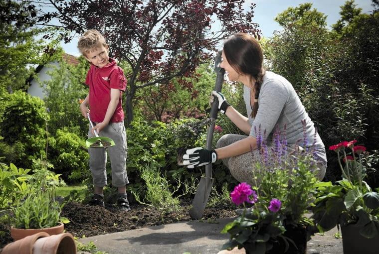 Narzędzia dostosowane do dziecięcych parametrów z pewnością zachęcą małych ogrodników do ogrodowych prac.