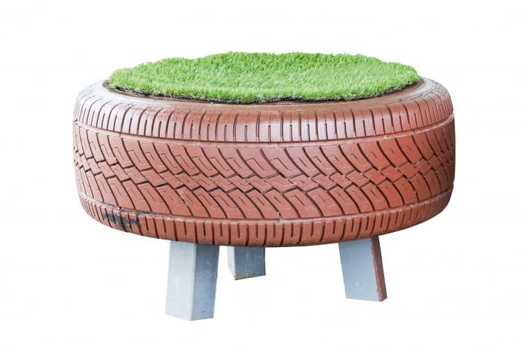 O siedzisko tej pufy dbamy jak o trawnik. Wygodniej zastąpić trawę imitującą ją wykładziną.