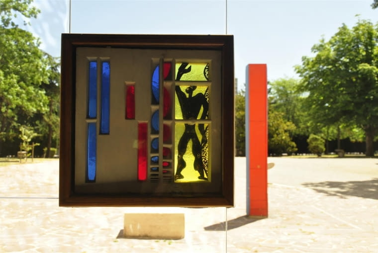 Jednostka Marsylska, proj. Le Corbusier - motyw Modulora w witrażu na wschodnim oknie foyer