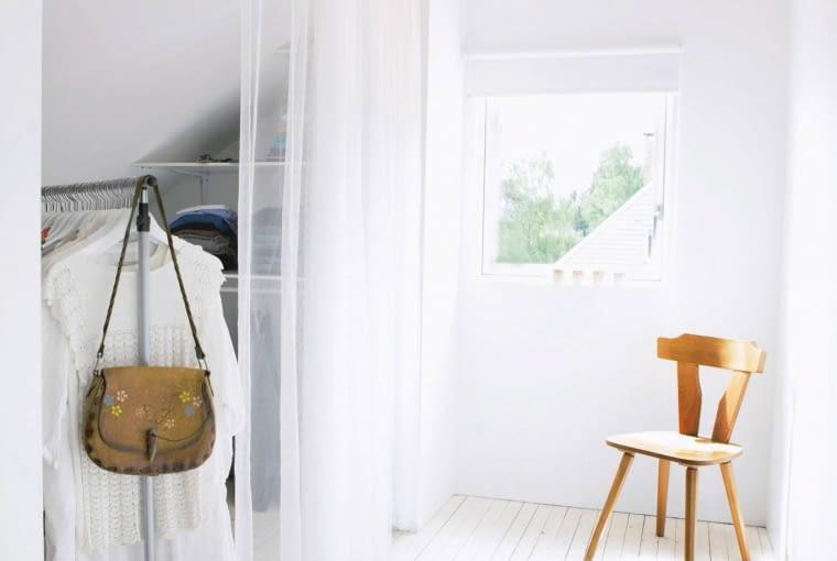 Zamiast drzwi garderobę można wydzielić zasłoną.