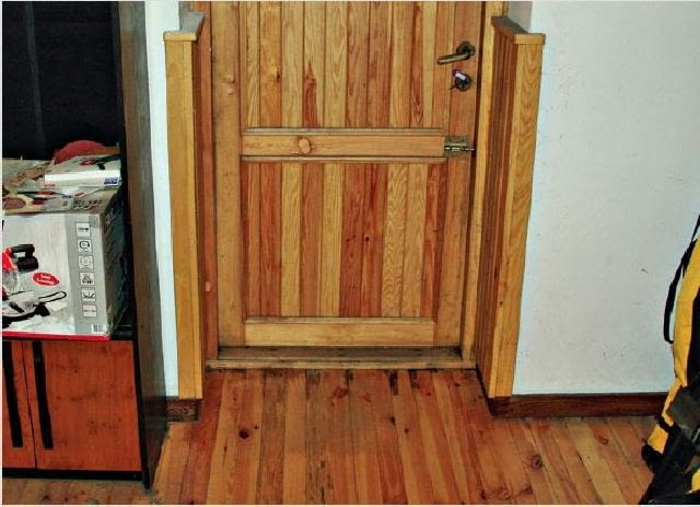 Drewniane drzwi z poprzedniego zdjęcia, tym razem od strony piwnicy - widać jedynie niewielkie przecieki pod progiem