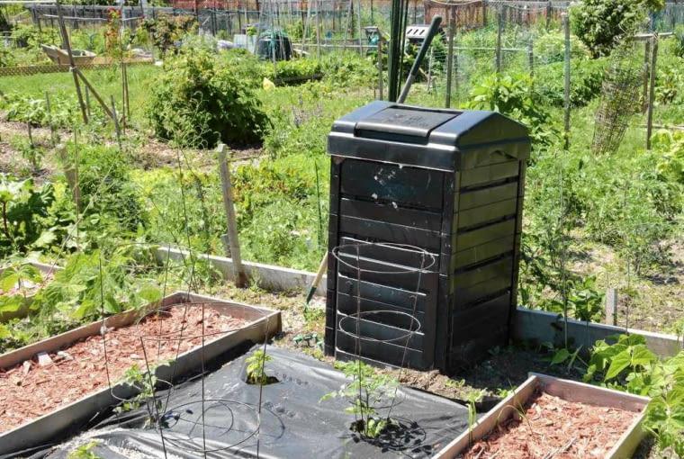 Kompostownik moze wydzielac niemiłą woń. możemy go umieścić w odległości co najmniej 2 m od ogrodzenia.