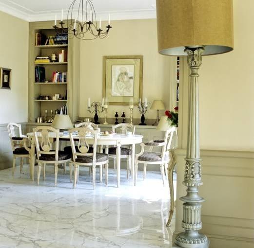 Aneks stołowy. Meble stanowiące o jego charakterze właściciele kupili we Francji, a następnie własnoręcznie je odnowili i pomalowali