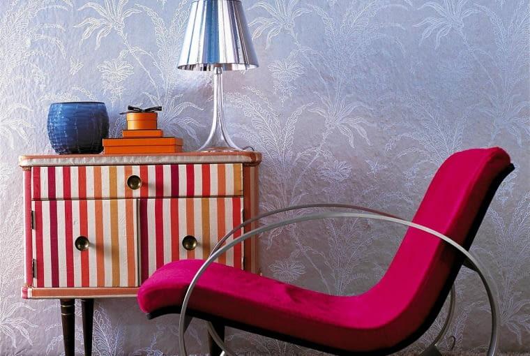 W NOWEJ ODSŁONIE. Stara komoda zyska na urodzie, gdy pomalujemy ją w geometryczne wzory, a fotel obijemy tkaniną w żywym kolorze.