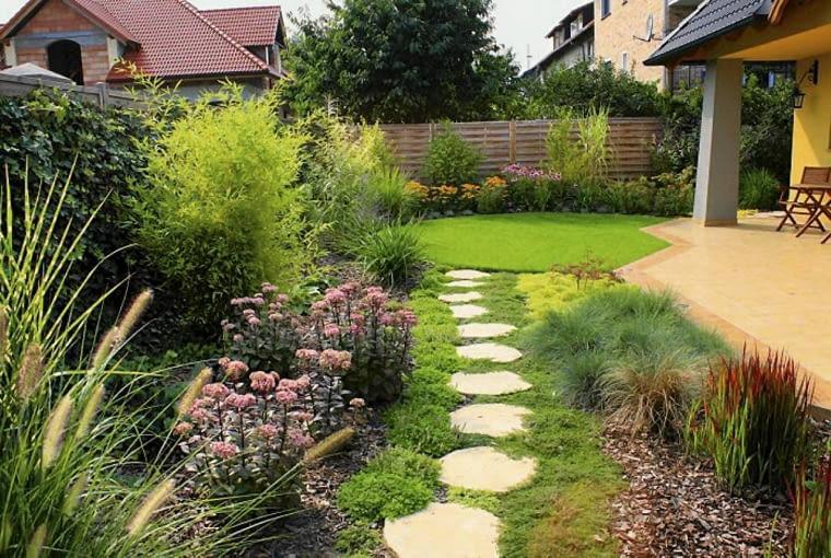 Projekt ogrodu w nowym stylu. Na tyłach domu znajduje się duży zadaszony taras