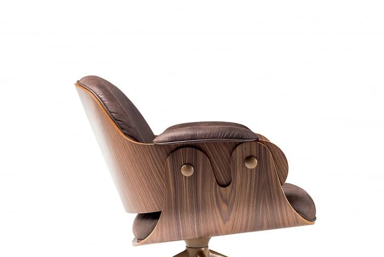 Szezlong Lounger zaprojektowany przez hiszpańskiego designera Jaime Hayona dla marki BD Barcelona. Luksusowy mebel w wersji fornirowanej orzechem, bdbarcelona.com