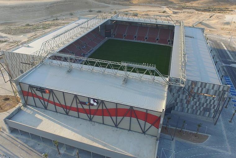 Toto Jacob Turner Stadium, Be'er Shewa - Izrael (IV nagroda w głosowaniu internautów) - Stadion został zaprojektowany bez miejsc w narożach. Wszystkie miejsca znajdują się wzdłuż boków boiska. takie rozwiązanie co prawda zmniejsza liczbę dostępnych miejsc, ale umożliwia wstawienie słupów niedaleko naroży boiska, co stanowi znaczne ułatwienie konstrukcyjne - można na nich oprzeć kratownice podtrzymujące dach nad trybunami.