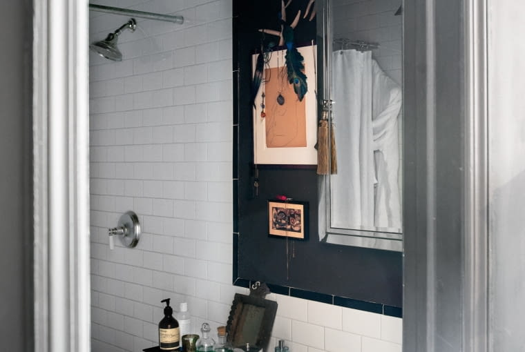Płytki na ścianie łazienki są współczesne, ale stylem nawiązują do czasów, gdy budowano remizę. Żyrandol w kształcie gwiazdy jest z Maroka.