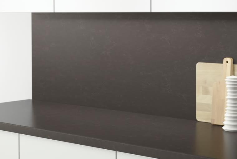 Czym zabezpieczyć ścianę nad kuchennym blatem?