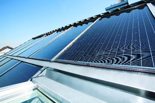 Kolektor płaski - taki oferują producenci okien dachowych. Absorberem promieniowania słonecznego jest miedziana płyta ze scalonymi rurkami, przez które przepływa czynnik roboczy odbierający ciepło