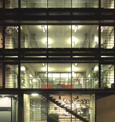Nowoczesna i charakterystyczna, a jednocześnie harmonijnie wkomponowana w otoczenia bryła siedziby pracowni JEMS Architekci w Warszawie.