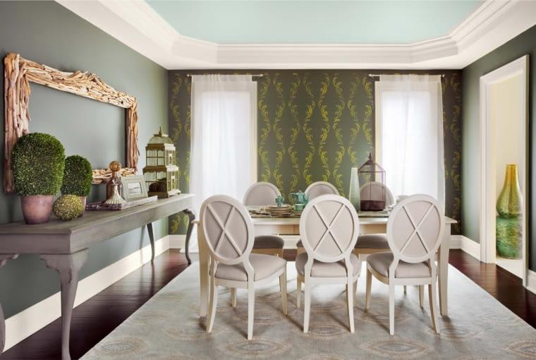 W STYLOWEJ RAMIE. 'Schodkowe' sztukaterie jeszcze wyraźniej podnoszą sufit. Wrażenie potęgują wysokie okna.