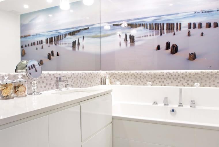 Płytki, a raczej mozaikę ceramiczną (Ceramiche Supergres), położono tylko na fragmentach ścian i w podcięciu wanny. Na podłodze - gres tej samej firmy. Do jego barwy idealnie dopasowano dywanik (Calvado).