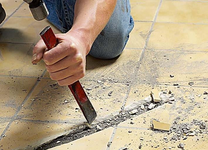 MONTAŻ MATY GRZEJNEJ 1. W podłodze wykonujemy kanał o średnicy 10 mm, w którym umieszczamy peszel (plastikową, karbowaną rurkę).