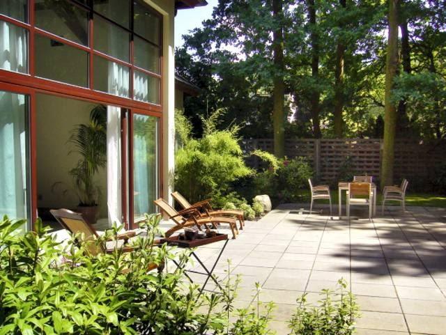 Na słonecznym tarasie, w sąsiedztwie egzotycznych bambusów, przewidziano miejsce na stół ogrodowy