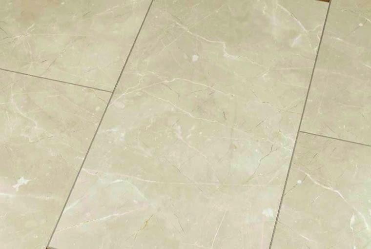 Blue Line Stone - Botticino Classico Light/Falquon Klasa ścieralności: AC4; klasa użyteczności: 32 wymiary: 644 x 310 mm, grubość 8 mm struktura powierzchni: wysoki połysk dekor imitujący kamień naturalny. Cena: 117 zł/m2, www.falquon.pl