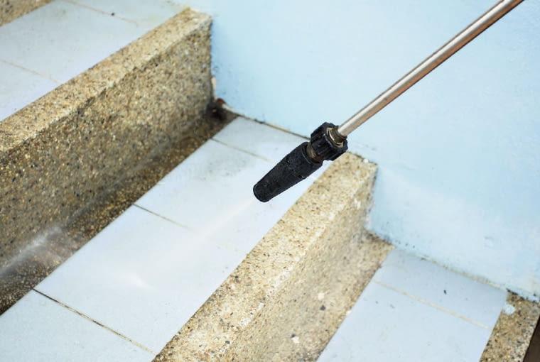 poziome ipionowe elementy schodów pokrytych płytkami umyjemy myjką ciśnieniową.
