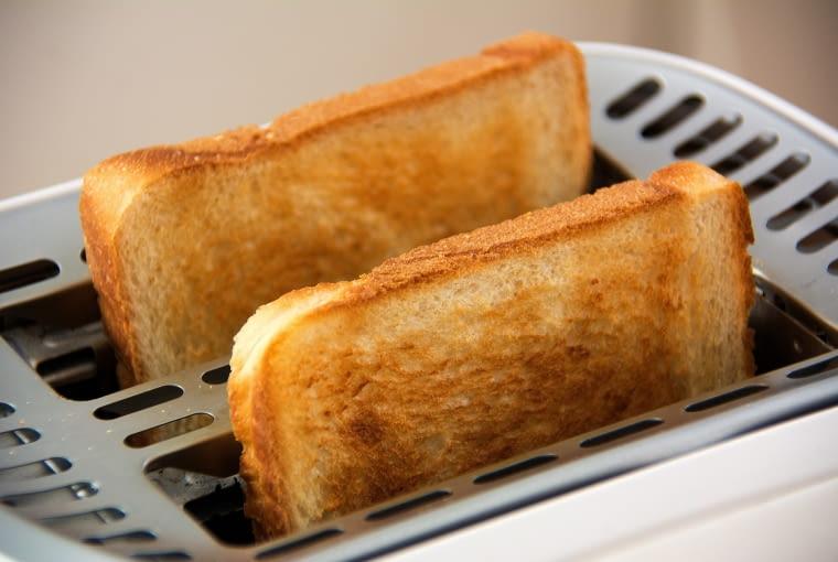 30. Tostery są przeznaczone do opiekania pieczywa oraz ciast. Natomiast nie powinno się w nich opiekać pieczywa innego rodzaju, np. bułeczek z lukrem, masłem czy kremem.