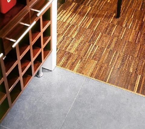 listwy podłogowe,podłoga,wykończenie podłogi,listwy wykończeniowe FOT. RAFAL LIPSKI PUBLIKACJA CZTERY KATY NR 4 (162) - 4.2005