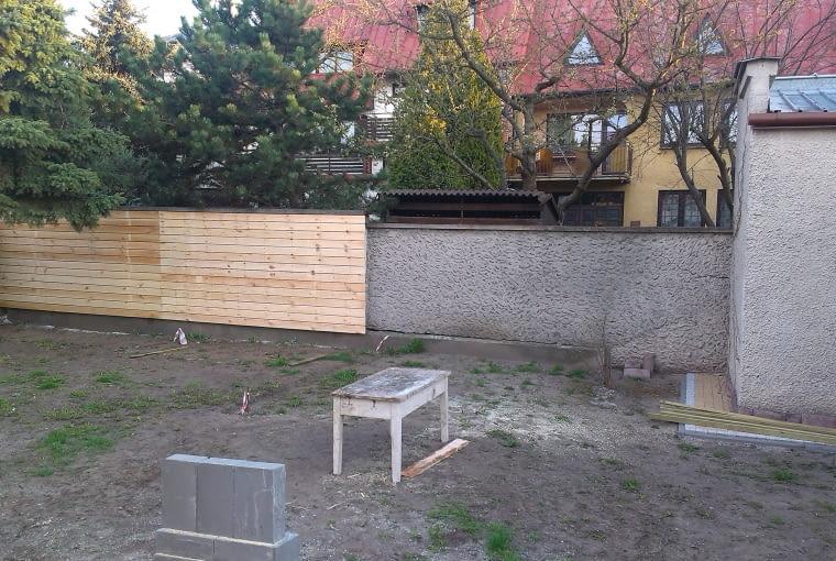 Jeśli tło naszej altany nie jest zbyt atrakcyjne warto je osłonić drewnianymi panelami mocowanymi na betonowym ogrodzeniu