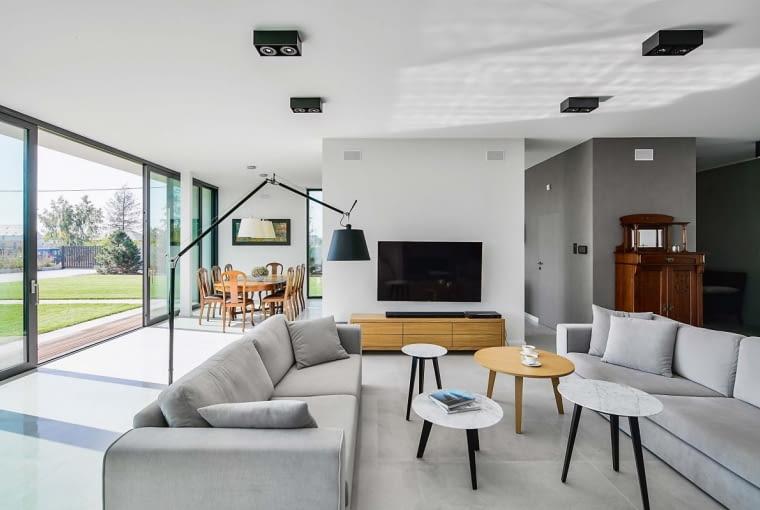 W domu wszystko podporządkowano prostej geometrii wynikającej z ukształtowania bryły. Podkreśla to zastosowana kolorystyka. To dyscyplinowana elegancja, choć z nieoczekiwanymi elementami retro