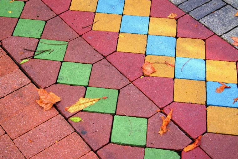Placyk z kolorowych betonowych kostek doda dynamizmu każdej kompozycji.