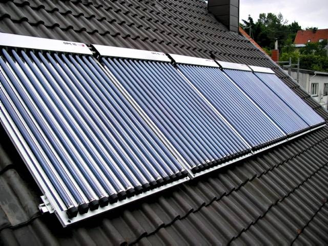 Kolektory próżniowe umieszczone na pokryciu dachu