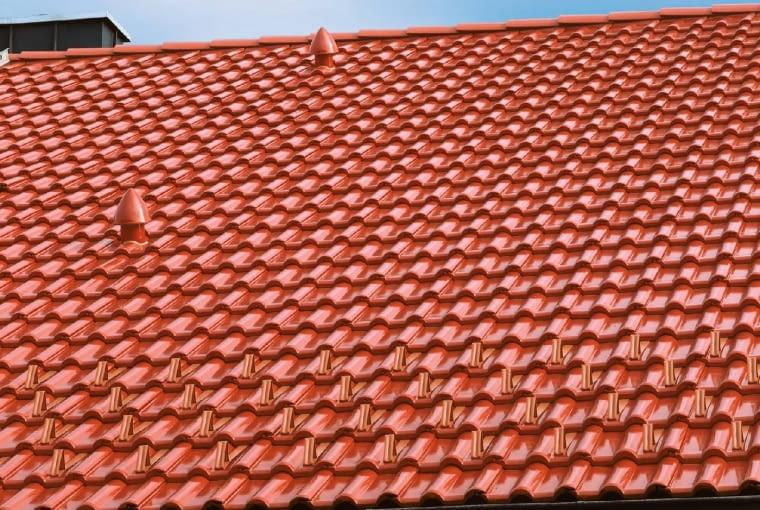 Kominek odpowietrzający powinien być montowany wysoko na dachu, najniżej w trzecim rzędzie