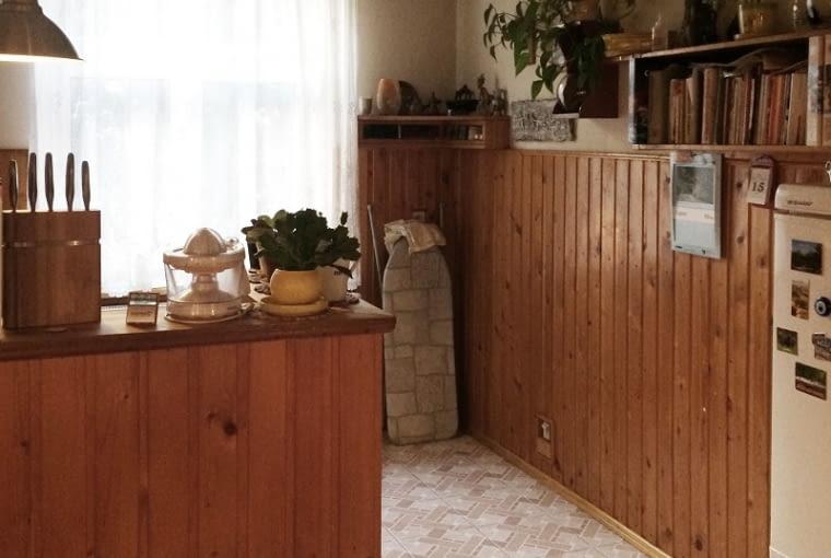Ścianka przedzielająca wnętrze i ściana w jadalni były wykończone boazerią, która z pewnością nie dodawała pomieszczeniu urody. Na dodatek sprawiała, że wydawało się ono ciemniejsze.