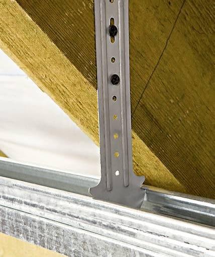 Elastyczny wieszak metalowy przykręcony do krokwi. Do takich elementów przykręca się profile główne