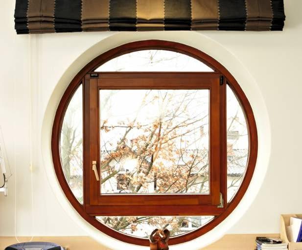 Oryginalne okno z drewna - w kształt koła wstawiono kwadratowe otwierane skrzydło