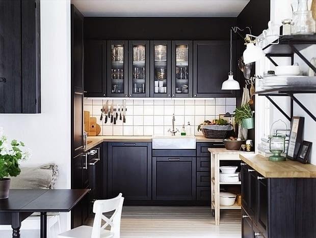 Nawet w niedużej kuchni czarne szafki mogą się sprawdzić, o ile zestawimy je z jasnymi płaszczyznami.