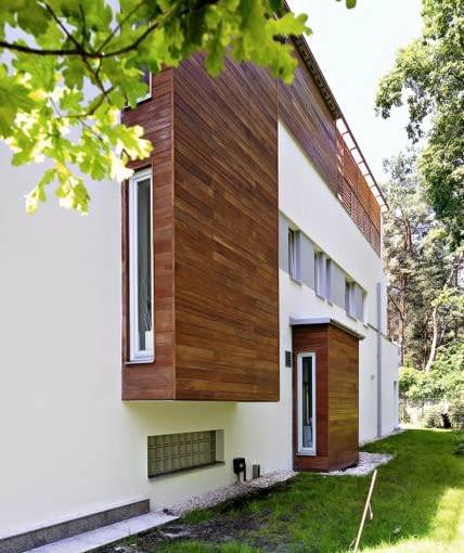 Budynek, zaprojektowany na planie trójkąta, dobrze wykorzystuje położenie posesji względem stron świata. Wzdłuż północnej ściany są pomieszczenia niewymagające idealnego naturalnego oświetlenia i widoków na okolicę. Ich nieduże okna ograniczają ucieczkę ciepła z domu