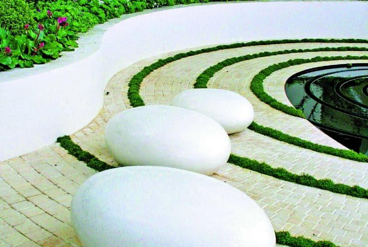 Wszystkie elementy architektury zostały tu wykonane z betonu. W rezultacie powstał jasny, nowoczesny zakątek.