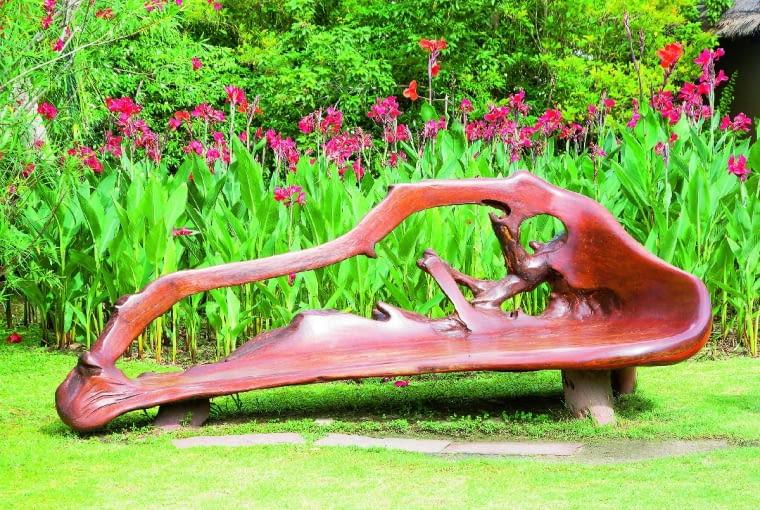 Aby ta Stylowa ławka ukształtowana przez naturę dobrze spisywała się w nowej roli, drewno trzeba dokładnie oszlifować i wygładzić papierem ściernym lub szliferką.