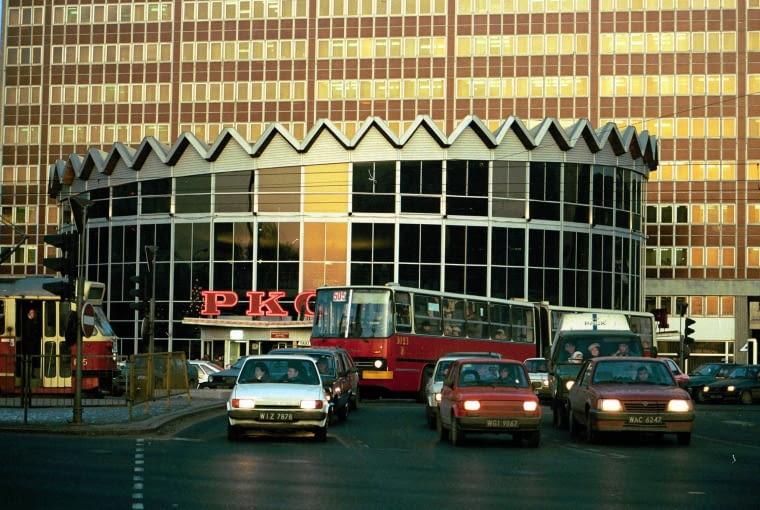 04.01.1992 WARSZAWA ROTUNDA UNIVERSAL IKRAUS KOMUNIKACJA MIEJSKA MARSZALKOWSKA AL. JEROZOLIMSKIE FOT. SLAWOMIR KAMINSKI / AGENCJA GAZETA SK DVD 009 A SLOWA KLUCZOWE: MIASTO LATA 90 ARCHITEKTURA MOTORYZACJA KOMUNIKACJA ULICE ARCHIWALNE /FR/