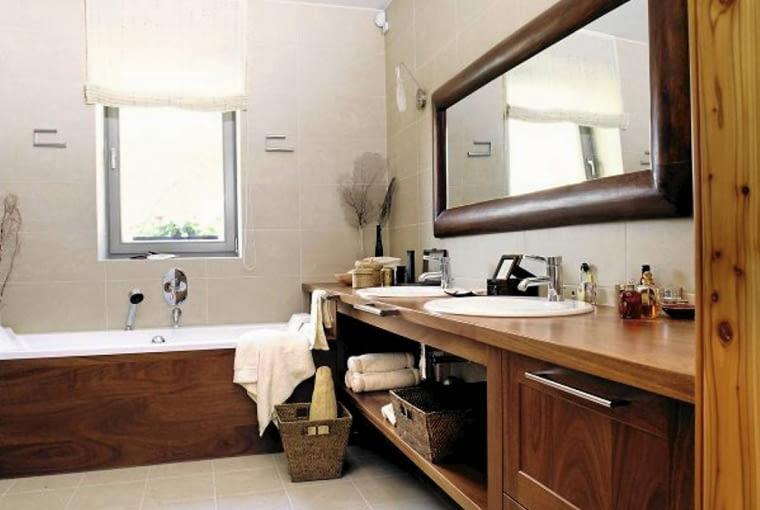 Przestronna łazienka na parterze stanowi wygodne uzupełnienie sypialni gospodarzy