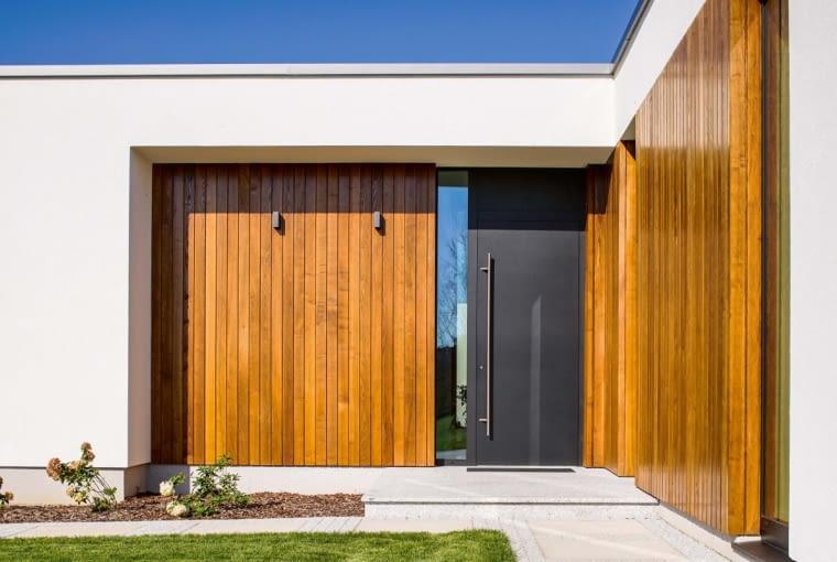 Naturalne, dobrze skontrastowane, proste w eksploatacji materiały, z jakich powstał budynek, pomagają mu ładnie wtopić się w otoczenie