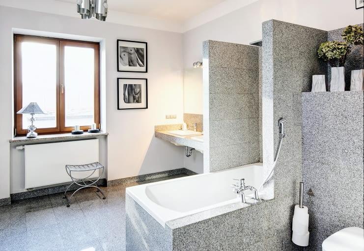 Łazienka z obudowaną wanną, przy sypialni gospodarzy