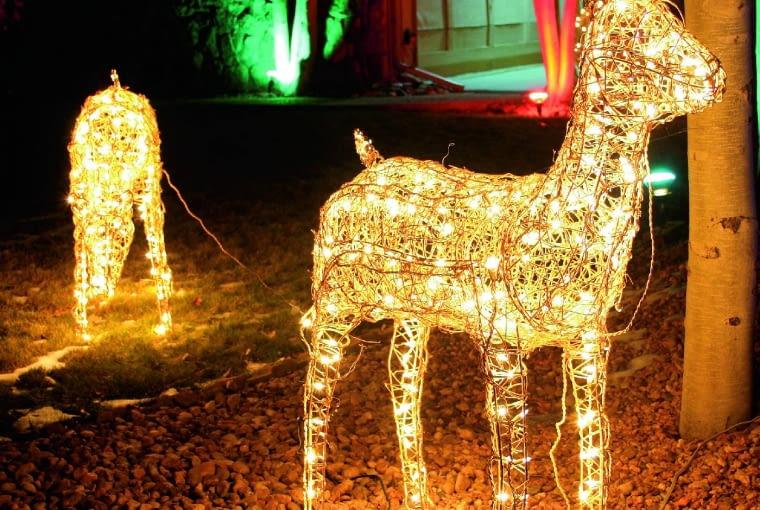 Świecące renifery, sanie z Mikołajem na koźle, bałwanki to coraz częstsze dekoracje ogrodów