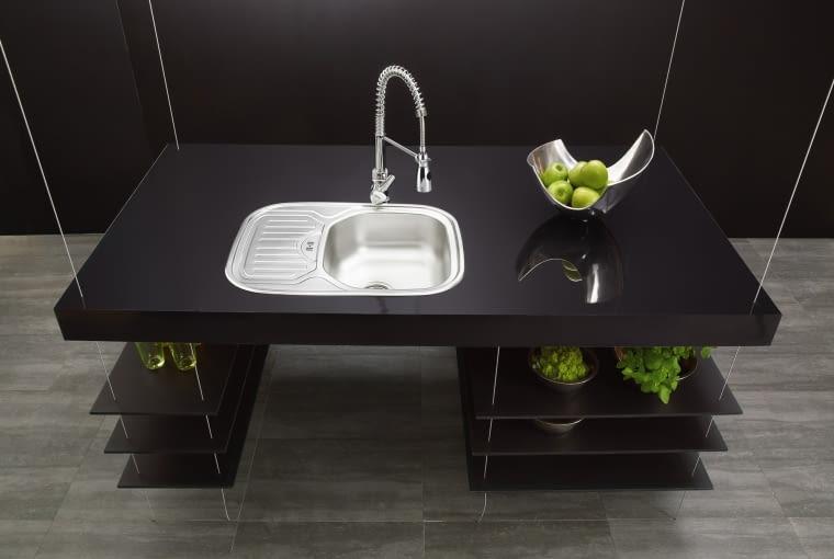 Czarny kolor w kuchni wprowadza powiew elegancji.