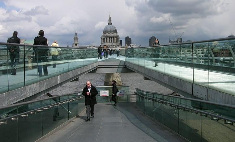 Rzeka jest tak samo ważnym symbolem Londynu jak Buckingham Palace i Big Ben. W oddali na zdjęciu Katedra Św. Patryka. fot. citypolska.com