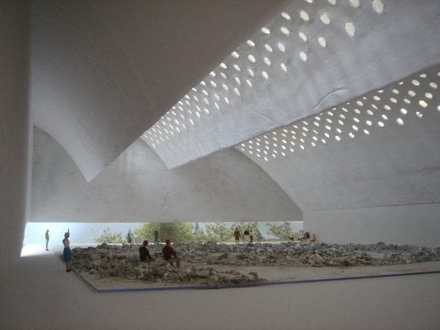 Po kolejnych modyfikacjach ostatecznego kształtu nabierają łuki dachu. Pojawiają się w nich okrągłe otwory świetlików.