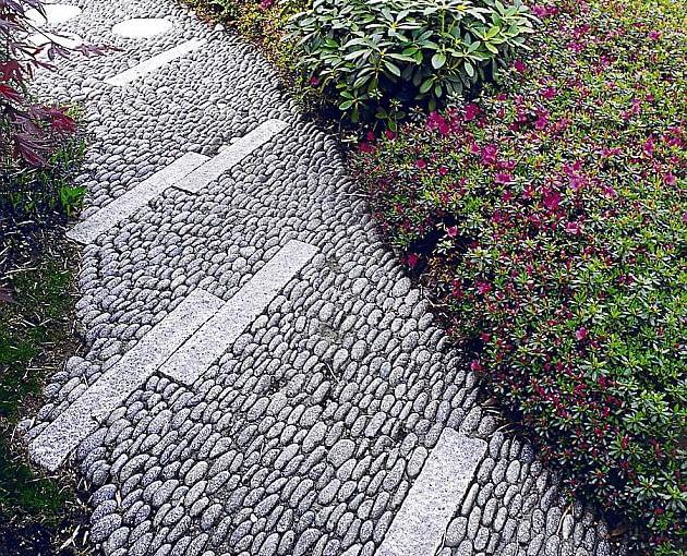 otoczaki, ścieżki w ogrodzie, nawierzchnia w ogrodzie