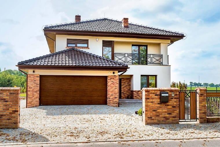 Elewacja: jasny tynk połączony z klinkierem w odcieniach brązu; Dach: brązowy; Okna, drzwi, Brama garażowa: profile i skrzydła drewnopodobne, w tonacji zbliżonej do klinkieru