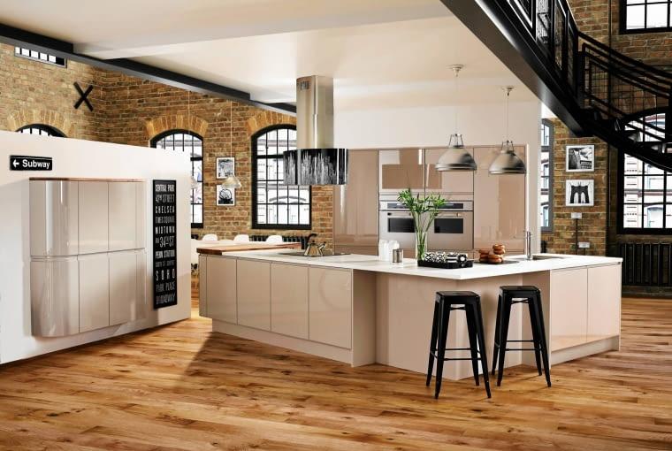 Style: Już nie tylko dekoracyjne dodatki i drobne kuchenne akcesoria, ale także urządzenia AGD mogą podkreślić wielkomiejski styl wnętrza - na przykład okap z czarno-białą grafiką przedstawiającą Manhattan. Do wielkiego miasta nawiązuje również loftowy klimat tej kuchni, ocieplony drewnianą podłogą i ceglaną ścianą.