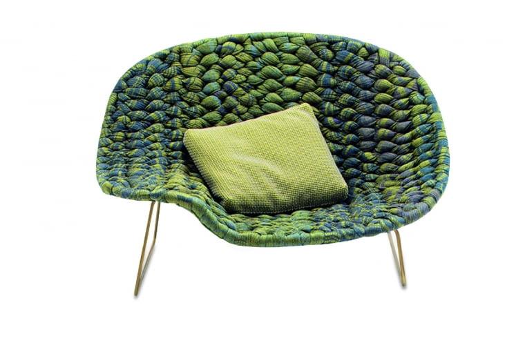 Shito. Miękki, wygodny, rozłożysty... Ten wspaniały fotel z ręcznie wyplatanym siedziskiem na mosiężnych nóżkach, to absolutna nowość z ostatnich targów w Mediolanie. Ok. 20 000 zł, Paola Lenti/The Prime