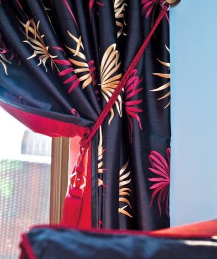 DEKORACJE OKIEN - Z LAMBREKINEM. Sznury z chwostami służą w ciągu dnia do podpinania zasłon do uchwytów po bokach okna. To kolejny stylowy element aranżacji.