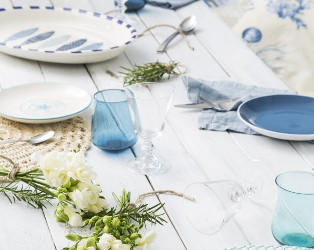 Stół w marynistycznym stylu
